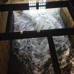 Paso de agua por el molino, visto a traves de un suelo de cristal