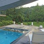 la terrasse de la piscine de l'hôtel