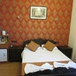 Suite con balcón, pero sin vistas. Amplia y con espacioso baño