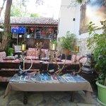 Terraza donde se hacen los desayunos y con servicio de restaurante.