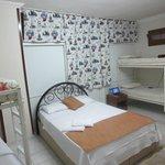 habitación en el sótano, sin luz natural pero fresca. Habitación de matrimonio y 4 literas con b