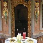 Petit-déjeuner servi devant la chambre
