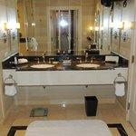 Salle de bains avec deux lavabos et wc séparés