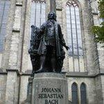 Bach standbeeld tegenover het Bach Museum
