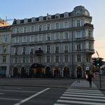 Hotel von der Straße aus gesehen
