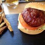 Mini hamburguesa clásica con bastones de berengena