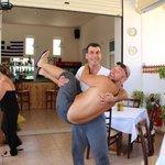 Шеф-повар носит своих клиентов на руках)))