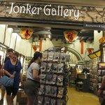 Jonker gallery tempat penjualan cinderamata