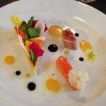 légumes croquants, thon mi-cuit, saumon en gravlax et vinaigrette au yuzu