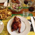 Huhn mit Salat und pommes