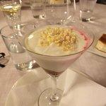 Copa de frutos rojos, mousse de yogurt y mango crujiente