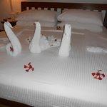 Bett mit Handtuchfiguren