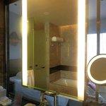 バスルームと寝室はクリアなガラスで仕切られてるタイプ