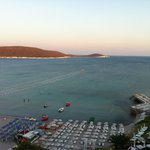 Beyazlar otele ait..mavi ve mavinin sol tarafı halk plajı..