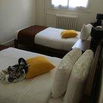 chambre 2 lits simple avec placard