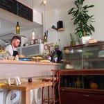 Widok na bar i kuchnię