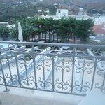 Η θέα από το μπαλκόνι του δωματίου, ο κήπος και η παραλία του Νημποριού