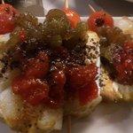 Brocheta de bacalao con tomate confitado y olivada