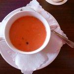 Die Suppe; die Farbe ist nahezu identisch mit der vom Hauptgericht