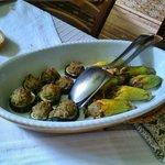 Zucchine ripiene e fiori di zucchine ripiene