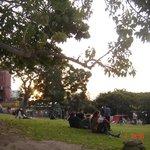 Parque onde jovens se reunem e onde aos sabados acontece uma feirinha de artesanato