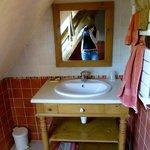 Al'arrivée, les serviettes et lavettes sont soigneusement pliées sous le lavabo (ici au départ)