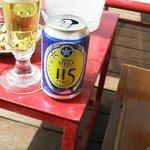 Cerveza en la terraza, hay un bar y servicio