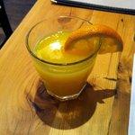 Jus d'orange du brunch. (Il est servi plein)