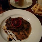 Ottima carne e ben condita, servita con patatine fritte.