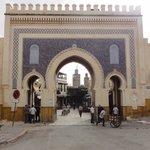 una puerta de entrada a la medina
