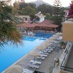 vista dalla terrazza di ingresso alle camere della piscina