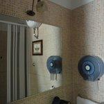 Espelho do banheiro com box ao fundo