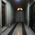 Porta para a rua e ao lado a entrada para a escada