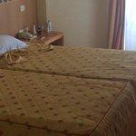 Chambre des plus basiques avec lit inconfortable !!