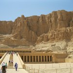 три ступени - террасы (37м) ведут к высеченному в скале святилищу царицы Хатшепсутут