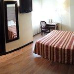 Vista panorámica de la habitación de uso sencillo aunque sea doble. Normalita, todo correcto y l