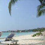 Zona de playa del hotel y vista al mar desde la hamaca