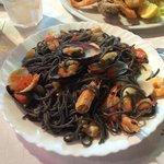 Spaghetti al nero di seppia e frutti di mare. Ottimi