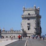 Uma linda Torre, muitos visitantes apreciando tanto a Torre quanto o Tejo