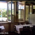Interno del ristorante fotografato nell'orario di pranzo. Stile francese curato senza risultare