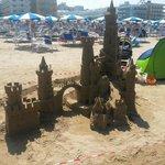 Castello di sabbia su spiaggia convenzionata con l'hotel