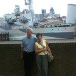 Z HMS Belfast w tle