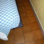Passaggio tra letto e muro strettissimo, e angoli della rete pericolosi per le gambe
