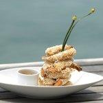 Camarões empanados em tapioca