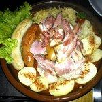 Eisbein mit wurst and sauerkraut - Joelho de porco, salsichas e chucrute
