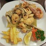 gebackener Fisch und Meeresfrüchte