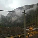 Vista de la habitación, estación de tren y montañas