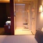 Vom Bett auf kann direkt in die Dusche und Toilette gesehen werden.