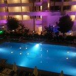 Basen hotelowy nocą