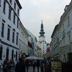 Rua Michalská com o Portão de São Miguel ao fundo